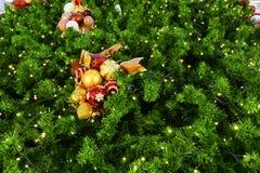 Ornamento de la malla de la Navidad que adorna en el árbol de navidad Imagen de archivo