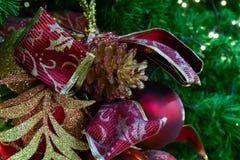 Ornamento de la malla de la Navidad que adorna en el árbol de navidad Imagenes de archivo