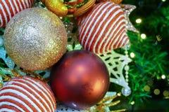 Ornamento de la malla de la Navidad que adorna en el árbol de navidad Fotografía de archivo libre de regalías