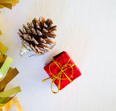 Ornamento de la Navidad con confeti del oro, el regalo rojo y el cono del pino Imagen vertical para la tarjeta de la Navidad o de Imágenes de archivo libres de regalías