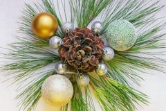 Ornamento de la Navidad con las puntillas del pino, el cono y las bolas de la Navidad Fotografía de archivo libre de regalías