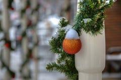 Ornamento de la Navidad cubierto en nieve Imagen de archivo