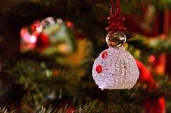 Ornamento de la Navidad del muñeco de nieve en el árbol de navidad foto de archivo