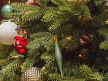 Ornamento de la Navidad del muñeco de nieve del primer en el árbol de navidad imagenes de archivo
