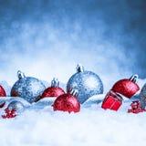 Ornamento de la Navidad en nieve en fondo del brillo Imagenes de archivo