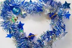 Ornamento de la Navidad en plata y azul en el fondo blanco Fotografía de archivo libre de regalías