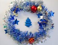 Ornamento de la Navidad en plata y azul en el fondo blanco Imagen de archivo
