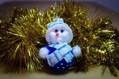 Ornamento de la Navidad, muñeco de nieve relleno, reno con traqueteo fotografía de archivo