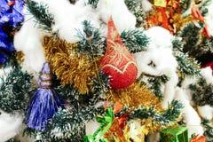 Ornamento de la Navidad que adorna en el árbol de navidad Fotografía de archivo