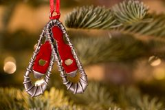 Ornamento de la Navidad que cuelga de un árbol de navidad Foto de archivo libre de regalías