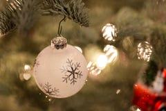Ornamento de la Navidad que cuelga de un árbol de navidad Fotografía de archivo libre de regalías