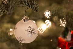 Ornamento de la Navidad que cuelga de un árbol de navidad Imágenes de archivo libres de regalías