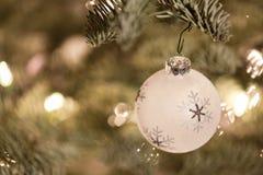 Ornamento de la Navidad que cuelga de un árbol de navidad Imagenes de archivo