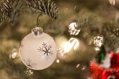 Ornamento de la Navidad que cuelga de un árbol de navidad Imagen de archivo libre de regalías