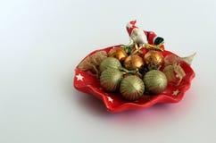 Ornamento de la Navidad, una placa decorattive con las bolas fotografía de archivo