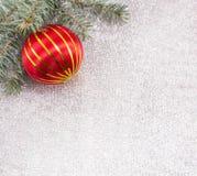 Ornamento de la Navidad y árbol de abeto en fondo chispeante brillante Foto de archivo