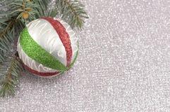 Ornamento de la Navidad y árbol de abeto en fondo chispeante brillante Fotografía de archivo