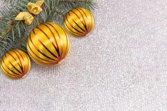 Ornamento de la Navidad y árbol de abeto en fondo chispeante brillante Fotos de archivo libres de regalías