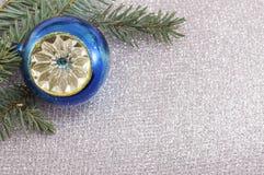Ornamento de la Navidad y árbol de abeto en fondo chispeante brillante Imagen de archivo