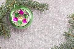 Ornamento de la Navidad y árbol de abeto en fondo chispeante brillante Imagenes de archivo