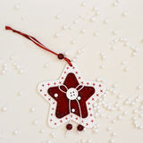 Ornamento de la Navidad y nieve de la falsificación Fotografía de archivo libre de regalías