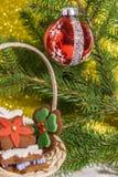 Ornamento de la Navidad y ramas de árbol Spruce Fotos de archivo libres de regalías