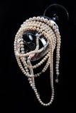 Ornamento de la perla en una copa de vino de cristal Fotos de archivo libres de regalías