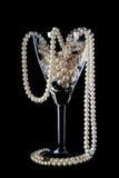 Ornamento de la perla en una copa de vino de cristal Imagenes de archivo