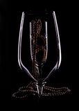 Ornamento de la perla en una copa de vino de cristal Foto de archivo libre de regalías