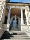 Ornamento de la puerta del edificio con las columnas fotografía de archivo
