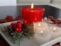 Ornamento de la tabla de la Navidad con las velas Foto de archivo