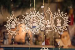 Ornamento de madeira dados forma e campaniformes da estrela do Natal e anjos pequenos fotografia de stock royalty free