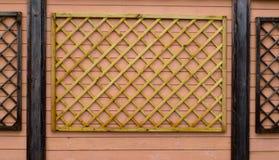 Ornamento de madeira em uma parede fotos de stock royalty free