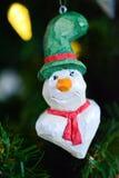 Ornamento de madera de la Navidad del muñeco de nieve en un árbol Imagen de archivo
