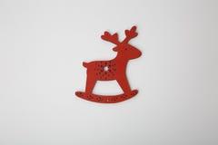 Ornamento de madera rojo de los ciervos de la Navidad en blanco Imagenes de archivo