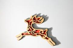Ornamento de madera rojo de los ciervos de la Navidad en blanco Foto de archivo