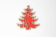 Ornamento de madera rojo del árbol de navidad de la Navidad en blanco Imagen de archivo libre de regalías