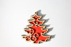 Ornamento de madera rojo del árbol de navidad de la Navidad en blanco Imagen de archivo