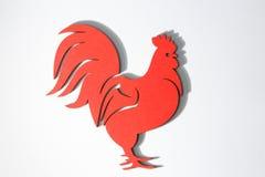 Ornamento de madera rojo del gallo de la Navidad en blanco Imagen de archivo