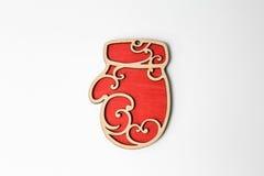 Ornamento de madera rojo de la manopla de la Navidad en blanco Foto de archivo libre de regalías