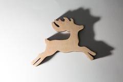 Ornamento de madera rojo de los ciervos de la Navidad en blanco Fotografía de archivo
