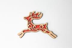 Ornamento de madera rojo de los ciervos de la Navidad en blanco Fotografía de archivo libre de regalías