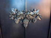 Ornamento de metal de un manojo de uvas Foto de archivo