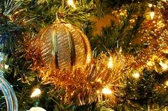 Ornamento de oro de la Navidad imagen de archivo libre de regalías