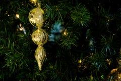 Ornamento de oro de la Navidad en un árbol de navidad Fotos de archivo libres de regalías