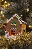 Ornamento de Pearched de la casa de pan de jengibre Imagenes de archivo