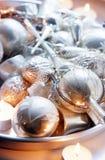 Ornamento de prata velhos na placa Imagens de Stock
