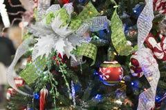 Ornamento de Ribben em uma árvore de Natal fotografia de stock royalty free