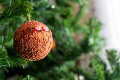 Ornamento de un árbol de navidad adornado Fotos de archivo