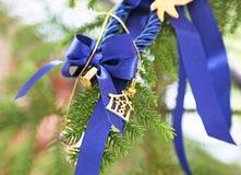 ornamento decorativo 2018 con i nastri blu - il Natale si dirige la decorazione Fotografie Stock